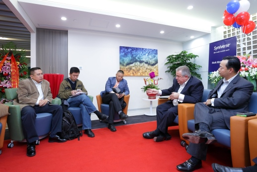 Alfred de Cárdenas discusses Syniverse's services in the China market with members of the media.